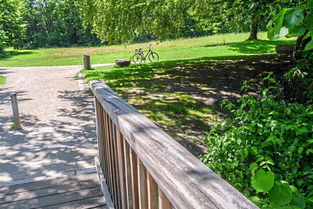 Die Grünfläche nahe der kleinen Brücke im Backumer Tal (hinter dem Fahrrad) wollte die Stadtverwaltung bereits im vergangenen Jahr mit einem zwei Meter hohen Metallzaun abriegeln und daraus eine Hundewiese machen. Nun steht sie erneut zur Auswahl.