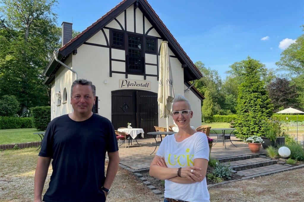 Köchin Pia Nixon und Eigentümer Stefan Thiel vor der neuen Location