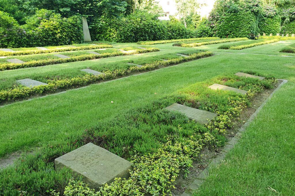 Auf dem Kommunalfriedhof Scherlebeck-Langenbochum verteilen sich sich rund 170 Gräber von russischen Soldaten auf zwei Grabfelder. Dieses befindet sich wenige Schritte von der Trauerhalle entfernt.