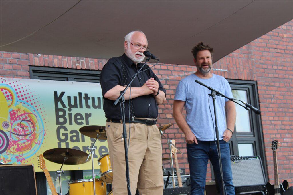 Mitorganisator Arno Welke (l.) und Andreas Weidner, Betreiber der Schwarzkaue, begrüßen das Publikum der Blues-Session im neuen Kulturgarten auf dem Zechengelände Schlägel und Eisen.