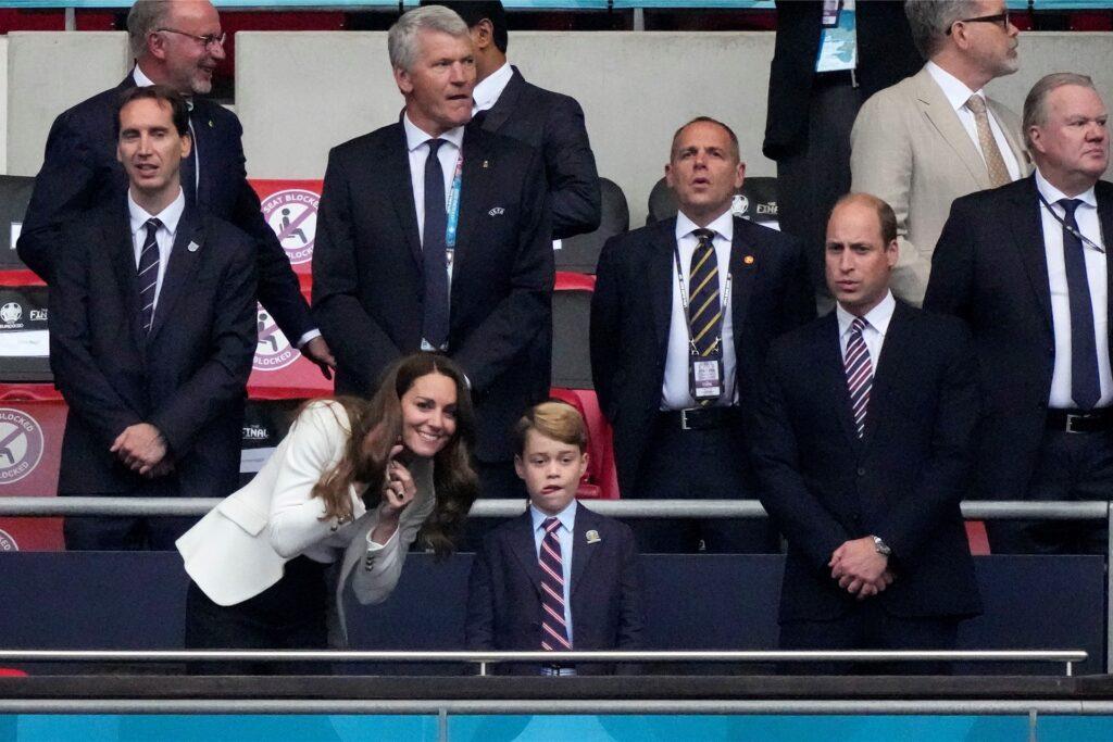 Prinz William (r), Herzog von Cambridge, und seine Frau Kate, Herzogin von Cambridge, mit ihrem Sohn Prinz George auf der Tribüne.